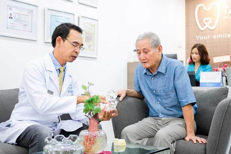 Bác sĩ Tôn Thất Ngọc tiến hành tư vấn cho bệnh nhân về phục hình răng
