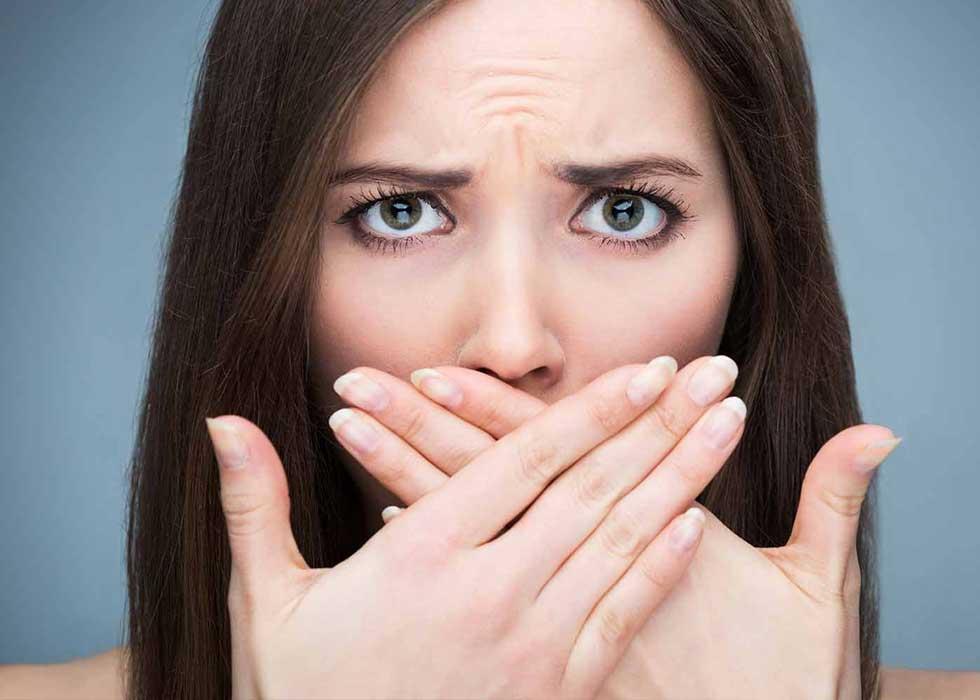 Vôi răng gây mùi khó chịu cho hơi thở. Những điều này sẽ khiến bạn mất tự tin khi giao tiếp hàng ngày.