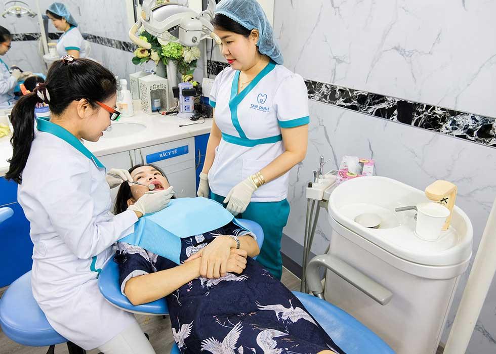 Bác sĩ tại Nha Khoa Tân Định tiến hành thực hiện các thủ thuật nha khoa