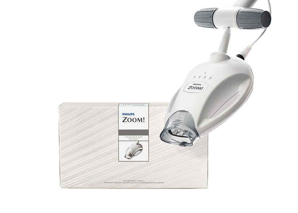 Tẩy trắng răng Lazer Zoom II – USA với đèn chiếu giúp kích hoạt gel Zoom làm trắng, dễ dàng loại bỏ các vết ố màu trên răng, trả lại cho bạn một nụ cười tươi tắn, rạng rỡ