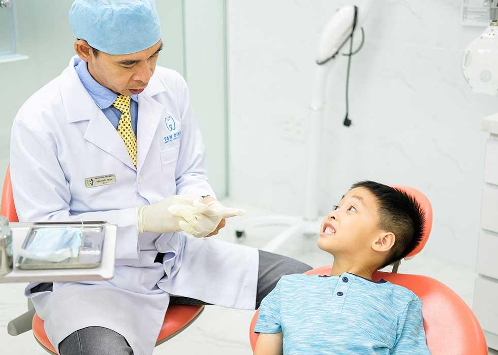Tại Nha khoa chuyên sâu Tân Định – Tan Dinh Dental Specialists có phòng phẫu thuật đạt chuẩn của Bộ Y tế cùng thiết bị tân tiến, hệ thống ghế nha hiện đại, được trang bị máy vô trùng, đảm bảo vệ sinh dụng cụ dùng trong phòng nha nhằm thực hiện nhổ răng không đau cho bạn. Công nghệ nhổ răng, tiểu phẫu an toàn không đau tại Nha Khoa Tân Định được thực hiện bằng máy phẫu thuật siêu âm Piezotome an toàn và không xâm lấn đến những mô mềm quanh răng, giúp bạn cảm thấy dễ chịu và không còn ám ảnh khi phải nhổ răng.