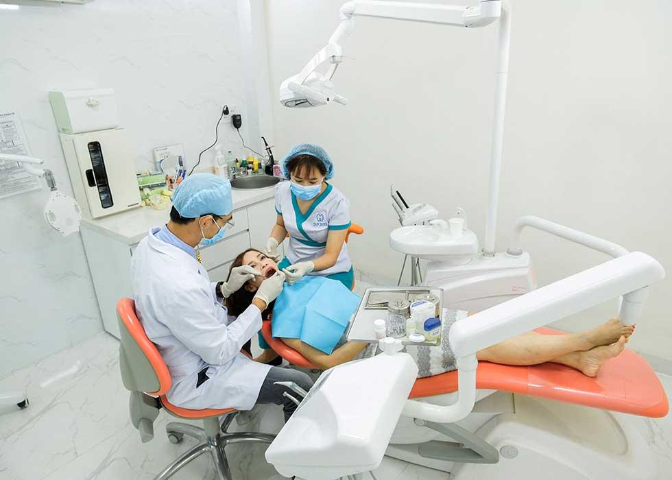 Tại Nha Khoa Tân Định, các bác sĩ áp dụng nhổ răng bằng máy siêu âm Piezotome. Thao tác nhổ răng nhẹ nhàng, diễn ra chỉ khoảng từ 15 đến 20 phút cho một chiếc răng.