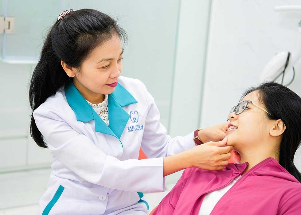 Bác sĩ Tạ Thị Minh Thi tư vấn và kiểm tra trước khi tiến hành niềng răng