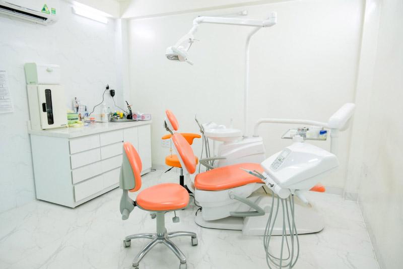Trang thiết bị phòng khám hiện đại với hệ thống ghế nha, thiết bị nha khoa tân tiến. Phòng chụp phim CT SCAN vách chì an toàn, cùng hệ thống máy chụp phim Cone Beam hiện đại nhất, ít lưu tia, lượng bức xạ thấp hơn 15-20 lần so với các máy chụp X-Quang, CT thông thường. Quy trình vô trùng đạt tiêu chuẩn của Hiệp Hội Nha Khoa Quốc Tế và Sở Y Tế TP.HCM. Tất cả dụng cụ đều được kiểm soát hoàn toàn khỏi nguy cơ lây nhiễm HIV, viêm gan siêu vi, lao… Mỗi khách hàng được khám và điều trị với 1 bộ dụng cụ riêng biệt, đã được vệ sinh và vô trùng. Bên cạnh đó, tất cả thiết bị, máy móc liên quan đến điều trị được vệ sinh vô trùng ngay sau khi sử dụng.. Đây đều làn hệ thống thiết bị tại Nha Khoa Tân Định