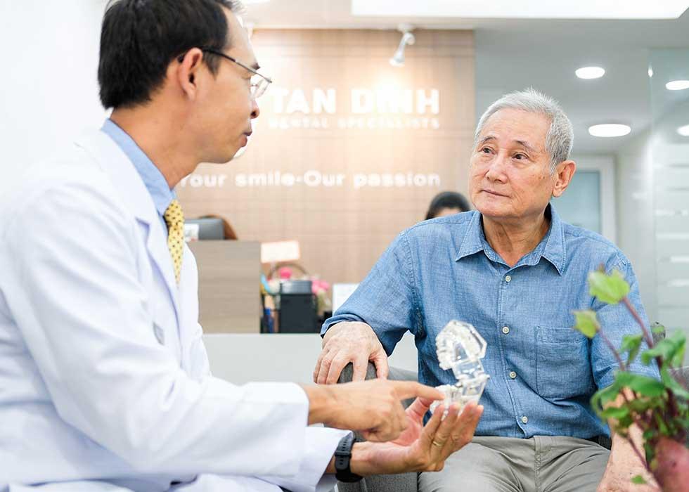 Bác sĩ Tôn Thất Ngọc tiến hành tư vấn cho bệnh nhân về phục hình răng bằng hàm tháo lắp