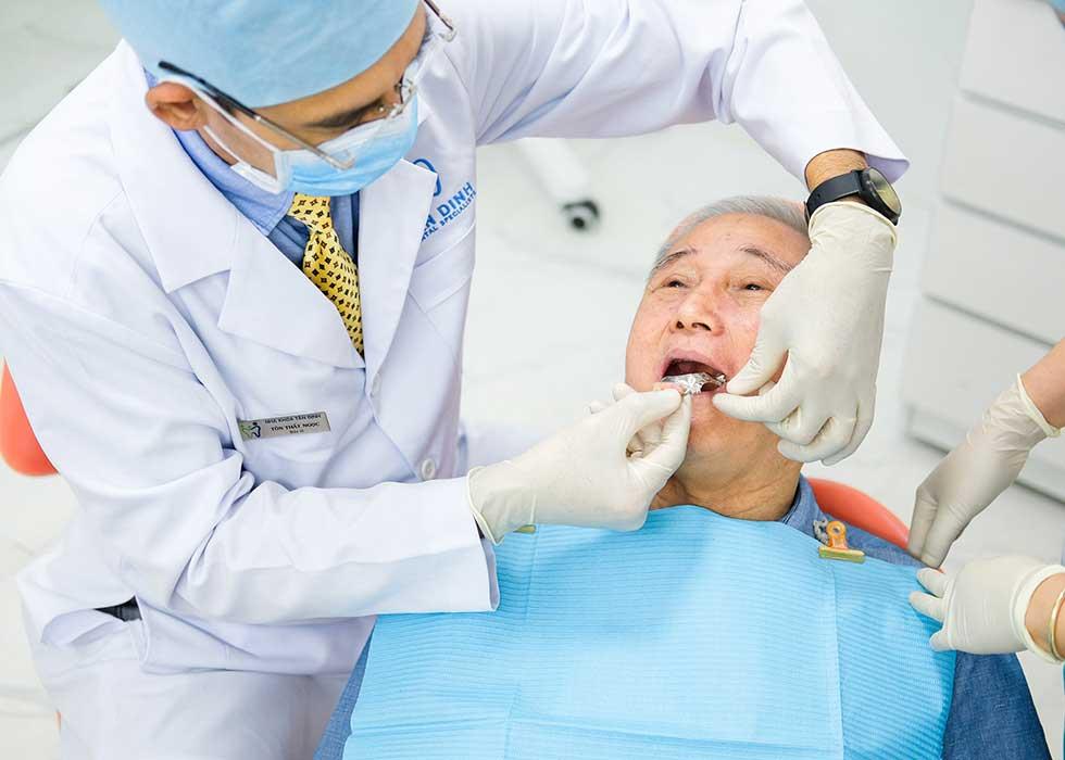 Bác sĩ Tôn Thất Ngọc tiến hành thực hiện phục hình răng cho bệnh nhân bằng hàm tháo lắp