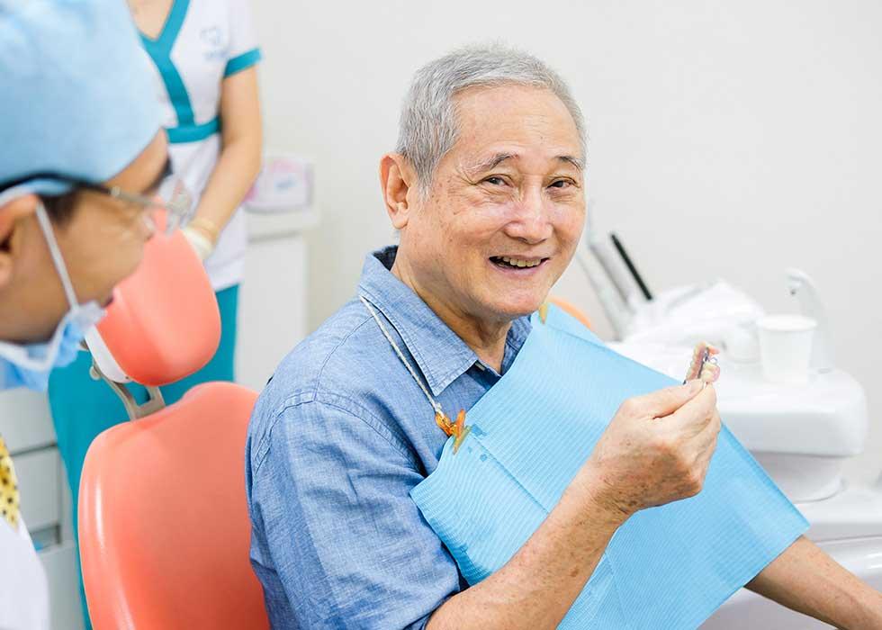 Nha sĩ tiến hành lắp răng được thiết kế dành riêng cho khách hàng vào đúng vị trí, thực hiện đánh bóng để giúp răng sứ có vẻ ngoài như các răng thật. Đồng thời bác sĩ sẽ tư vấn cho bạn cách chăm sóc sau khi phục hồi răng toàn hàm.