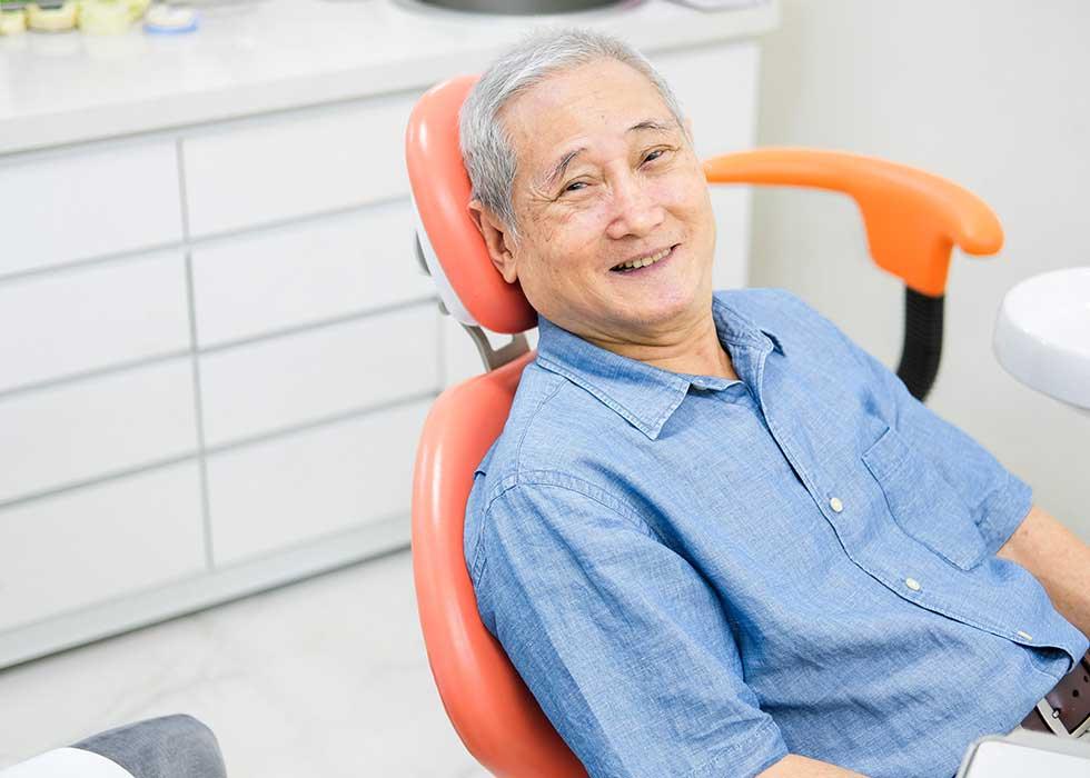 Bệnh nhân thực hiện phục hồi răng toàn hàm tahos lắp tại Nha Khao Tân Định. Các bác sĩ tiến hành kiểm tra tổng quát tình trạng răng miệng của bệnh nhân. Từ đó, dựa trên tình hình răng mất cũng như toàn bộ khoang miệng, các bác sĩ sẽ chụp phim khung hàm hoặc vùng mất răng để làm cơ sở thực hiện các bước tiếp theo.