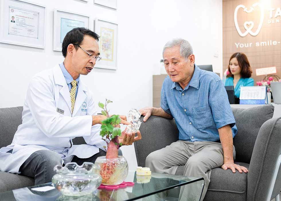 Bác sĩ Tôn Thất Ngọc tiến hành tư vấn cho bệnh nhân về phục hình răng bằng phương pháp hàm tháo lắp