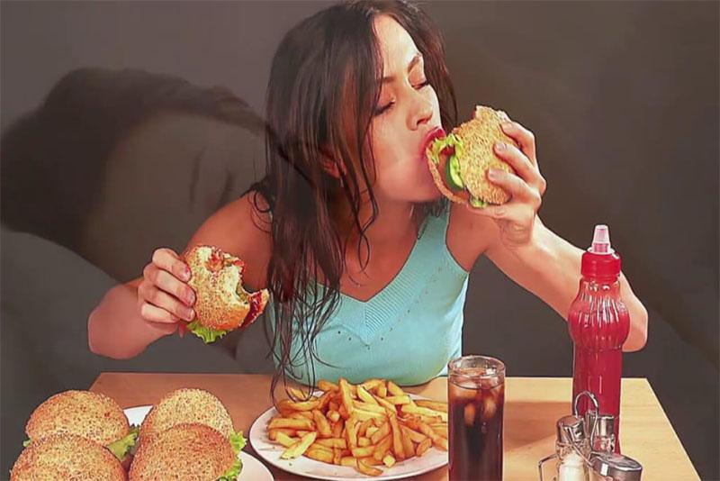 Hạn chế sử dụng quá nhiều đồ ngọt, đồ uống có ga đây là những thực phẩm dễ gây mảng bám trên răng.