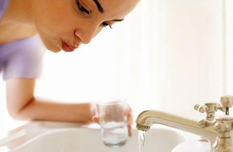 Giấm là nguyên liệu rất có lợi trong việc tiêu diệt vi khuẩn. Nó giúp chăm sóc răng miệng rất tốt. Bạn hãy thử sử dụng nước giấm bằng cách ngậm một chiếc bông thấm giấm hàng ngày trước khi đi ngủ và sau khi thức dậy. Bạn sẽ thấy hiệu quả không ngờ đến của giấm trong việc giảm đau răng sâu.