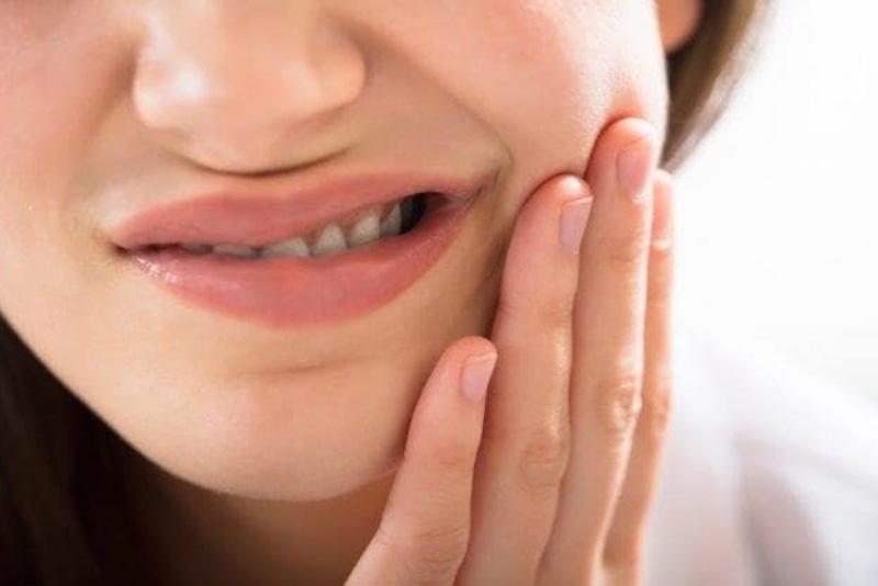 Vi khuẩn là tác nhân dẫn đến viêm tủy răng phổ biến nhất. Và sâu răng không được chữa đúng lúc được xem là một trong những nguyên nhân. Khi đó, bạn tạo điều kiện cho vi khuẩn xâm nhập vào tủy răng qua các lỗ sâu và gây bệnh. Ngoài ra, việc sử dụng các hóa chất có hại hay sang chấn làm vỡ, mẻ răng cũng có thể là nguyên nhân gây viêm.