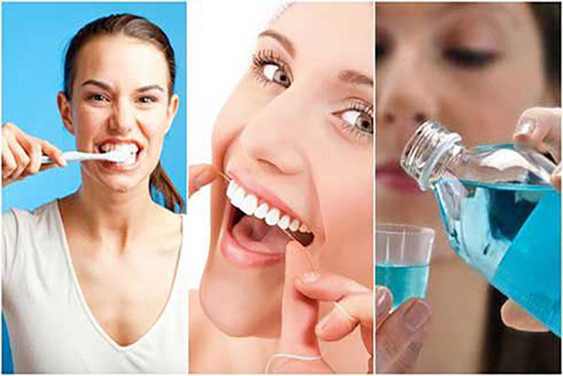 Sau khi đã hoàn thành toàn bộ quy trình làm răng giả tháo lắp, bạn nên giữ cho bộ hàm của mình thật sạch sẽ. Chỉ bằng vài cách đơn giản thường ngày, hàm răng của bạn sẽ luôn như mới: Sử dụng bàn chải lông mềm và kem đánh răng 2 lần/ngày sau ăn để chùi rửa hàm giả. Vì nếu để thức ăn bám lâu ngày sẽ gây ố vàng màu răng. Khi đi ngủ, bạn nên tháo và ng