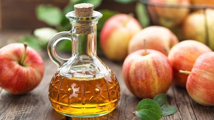 Ngoài công dụng nấu ăn trong nhà bếp, tính axit trong giấm táo còn có thể tẩy trắng răng.