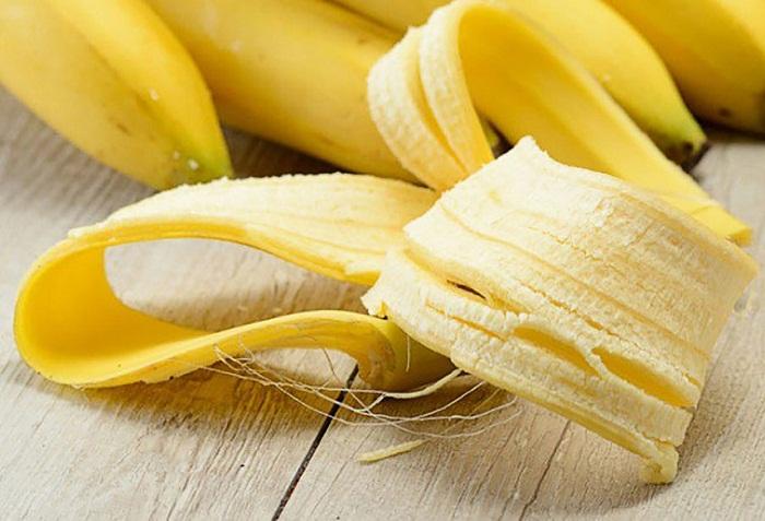 Chuối là loại trái cây chứa nhiều khoáng chất tốt cho sức khỏe như kali, magie, các loại vitamin,... Đặc biệt, trong vỏ chuối, phần mà chúng ta thường hay bỏ đi, lại có nhiều thành phần tốt trong việc làm trắng răng. Potassium và mangan có tác dụng vô cùng tuyệt vời giúp loại bỏ mảng bám.