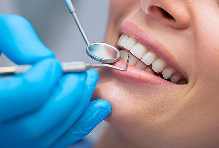 Hầu hết mọi người đều có thể tẩy trắng răng, tuy nhiên trừ những trường hợp sau: Phụ nữ đang mang thai hoặc cho con bú. Những hóa chất có trong thuốc tẩy có thể gây ảnh hưởng không tốt tới sức khỏe bà bầu hoặc thai nhi Trẻ em chưa đủ 16 tuổi bởi lúc này sự phát triển và điều chỉnh của răng vẫn chưa hoàn thiện Người mắc bệnh nha chu như sâu răng, mòn cổ răng,… Người bị dị ứng với các thành phần trong thuốc tẩy trắng