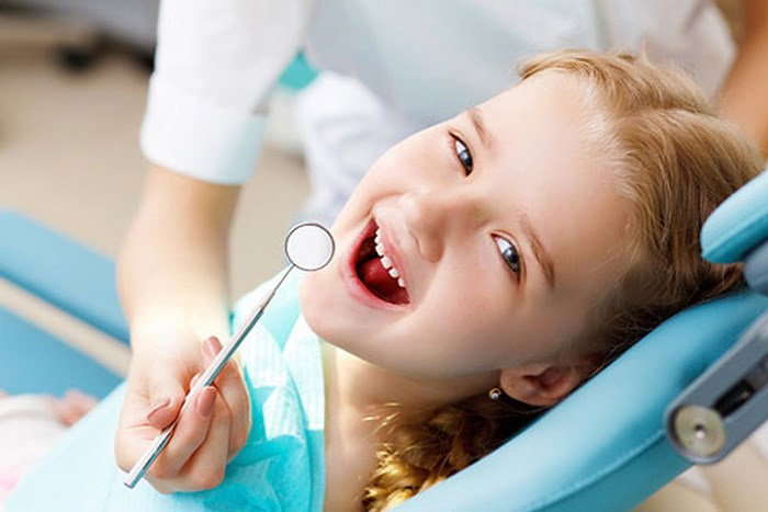 Nếu sâu răng mới chớm, chưa nghiêm trọng: phụ huynh có thể mua thuốc trị sâu răng cho trẻ em để trị tại nhà. Thực hiện bằng cách chấm vào chỗ bị sâu để giảm đau và sát khuẩn. Tuy nhiên, các bậc cha mẹ vẫn nên đưa bé đến các trung tâm nha khoa để bác sĩ xem xét tình trạng thực tế của lỗ sâu và cho lời khuyên. Nếu răng bị sâu nặng thì cần nhanh chóng đến nha sĩ để tiến hành loại bỏ phần răng sâu, trám lỗ sâu và những biện pháp bảo vệ cần thiết. Nếu sâu răng quá nặng không thể điều trị được thì sẽ được chỉ định nhổ răng để không làm ảnh hưởng các răng khác.