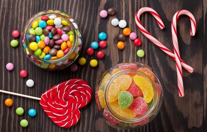 Nguyên nhân phổ biến khác là do trẻ em thường thích ăn bánh kẹo ngọt. Mà những loại bánh kẹo này có chứa lượng đường rất cao. Khi ăn tạo ra mảng bám dính vào răng và tạo điều kiện cho các loại vi khuẩn lên men chất ngọt thành acid có hại. Trong khi đó, ý thức vệ sinh răng miệng của trẻ chưa tốt, không thường xuyên súc miệng sau khi ăn.