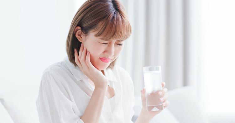 Tương tự như ăn đồ lạnh, vào mùa nóng rất nhiều người có thói quen uống nước lạnh. Khi nước lạnh tràn vào khoang miệng gây ra hiện tượng ê buốt dữ dội ở một hoặc nhiều vị trí răng.