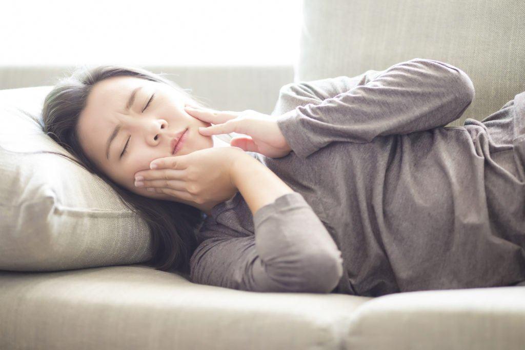 Ngừng nghiến răng Nếu bạn có thói quen này, hãy chú ý và loại bỏ dần. Còn nếu bạn nghiến răng trong vô thức, đặc biệt khi ngủ, thì hãy sử dụng hàm chống nghiến răng vào ban đêm. Hàm chống nghiến này không thể mua được ở ngoài. Vì vậy hãy đến các phòng nha khoa để bác sĩ chỉ định thực hiện.