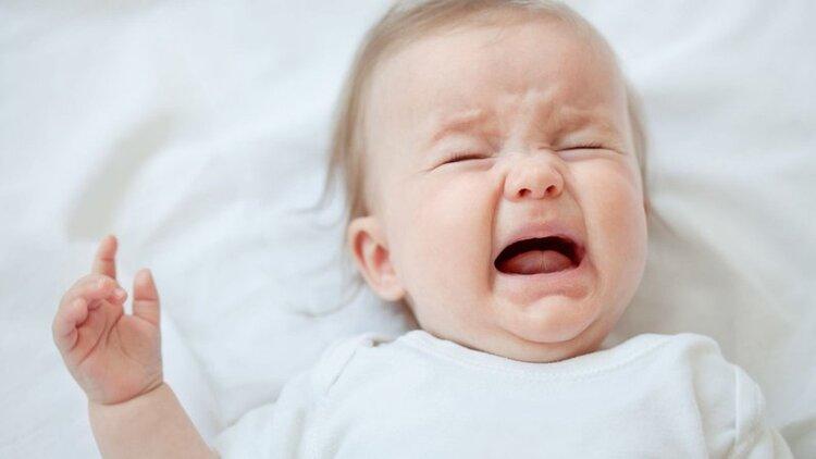 Những dấu hiệu mọc răng ở trẻ Biểu hiện quấy khóc, mệt mỏi, dễ kích động. Chảy nhiều nước dãi, nướu sưng kèm lở loét. Thường xuyên gặm đồ vật, ngón tay. Rối loạn tiêu hóa nhẹ. Sốt nhẹ, ăn uống kém.
