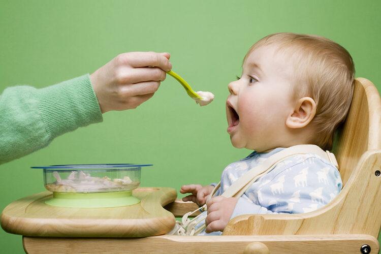 Cách cho bé ăn trong thời kỳ mọc răng: Hãy chia bữa ăn thành 6 - 8 bữa thay vì 3 - 4 như thường lệ. Mỗi lần chỉ cần ăn từng chút là được. Hầm nhừ đồ ăn cho trẻ, mềm nhuyễn, tốt nhất là dạng cháo loãng, súp. Khi đó sẽ dẽ dàng cho bé hơn vì chỉ cần nuốt chứ không cần phải nhai. Với trẻ sơ sinh, mẹ hãy cho bé bú nhiều hơn hoặc vắt sữa và đút cho con ăn. Bạn nên ép trái cây lấy nước để ngăn mát tủ lạnh, giúp tình trạng đau nhức giảm thiểu tối đa. Vì với đồ uống mát, nướu sẽ đỡ sưng đau hơn.