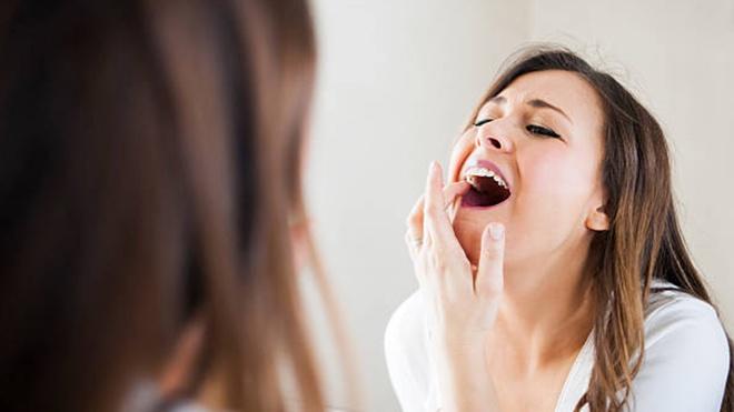 Trong thời gian sau khi nhổ răng bạn cũng không nên chọc tay, đụng, chạm vào vết thương… Tuyệt đối không được chạm tay vào vết thương sau nhổ răng