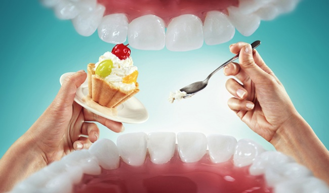 Những thực phẩm cần tránh sau khi nhổ răng Không nên uống các loại nước và ăn những thực phẩm quá nóng. Vì nó có thể gây tổn thương cho vết thương vừa mới phẫu thuật. Bạn cũng không ăn các thức ăn cứng, dai hoặc dẻo… khó nhai bởi bạn phải dùng một lực tác động mạnh để nghiền thức ăn. Và điều này có thể làm tổn thương vết thương vừa mới phẫu thuật chưa kịp lành. Tránh ăn các thực phẩm dễ tạo những vụn nhỏ trong khoang miệng có thể kể đến như bánh quy, khoai tây chiên, snack…vì dễ gây mắc kẹt trong răng và gây nên viêm nhiễm. Bạn cũng không được uống rượu, bia, chất kích thích và cả những thức uống có cồn, gas Những đồ ăn chứa nhiều đường hoặc quá chua cũng cần hạn chế sau khi nhổ răng.