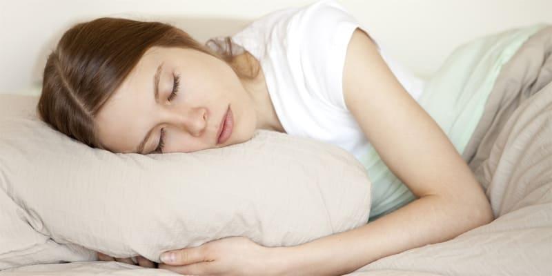 Để vết thương được mau lành như giảm sưng, đau thì bạn nên nghỉ ngơi vài ngày sau khi nhổ răng. Khi nằm nghỉ ngơi bạn cũng nên chú ý nằm gối cao. Bởi khi bạn nằm gối thấp thì có thể khiến quá trình chảy máu kéo dài hơn.