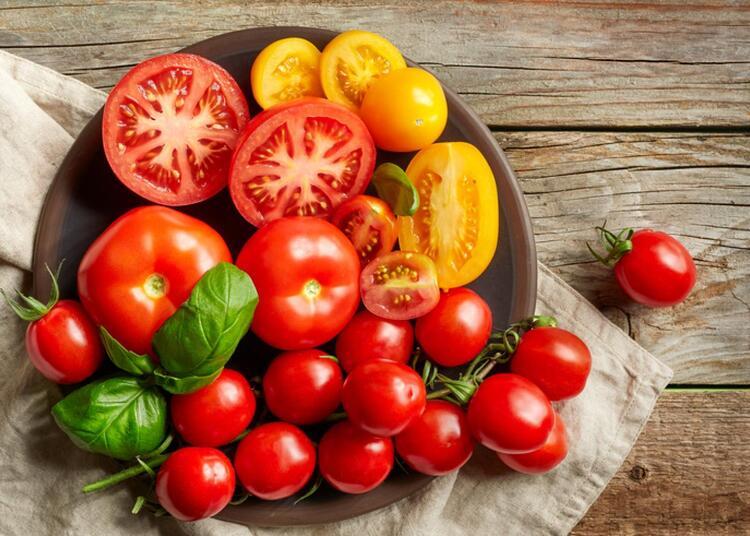 Trong cà chua có chứa nhiều dưỡng chất như vitamin C, canxi, magie,…nên có hiệu quả trong việc ngăn ngừa hình thành mảng bám. Từ đó hạn chế răng bị xỉn màu hay ố vàng. Ngoài ra, trong cà chua còn có nhiều vi chất có thể ngăn ngừa vi khuẩn có hại phát triển trong khoang miệng. Loại bỏ mùi hôi khó chịu và hỗ trợ nướu răng phát triển chắc khỏe.