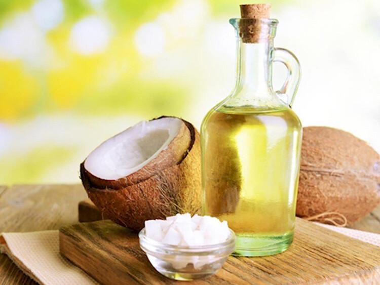 Acid lauric là một acid béo MCT chiếm gần 50% trong dầu dừa. Trên thực tế, loại dầu này là nguồn acid lauric phong phú nhất. Cơ thể bạn phân giải axit lauric thành một hợp chất gọi là monolaurin. Cả acid lauric và monolaurin đều có thể tiêu diệt vi khuẩn, nấm và vi rút có hại trong cơ thể. Nhờ vậy có thể hạn chế hôi miệng, sâu răng và bệnh nướu răng. Hai thành phần này đặc biệt hiệu quả trong việc tiêu diệt một loại vi khuẩn miệng có tên gọi Streptococcus mutans. Vi khuẩn này là một trong những nguyên nhân hàng đầu gây sâu răng. Hơn nữa, các nghiên cứu cho thấy rằng nhiều lợi ích sức khỏe được tạo ra bởi dầu dừa là nhờ có acid lauric. Ngoài ra, dầu dừa còn có thể làm giảm mảng bám và chống lại bệnh nướu răng. Hiệu quả giảm mảng bám có thể thấy rõ chỉ trong 7 ngày đầu sử dụng dầu dừa. Và tiếp tục giảm trong vòng 30 ngày tiếp theo. Kết quả là mảng bám trung bình giảm 68% và viêm nướu trung bình giảm 56%. Những kết luận này được đưa ra trong một nghiên cứu được thực hiện trên 60 người tham gia mắc bệnh nướu răng do mảng bám.