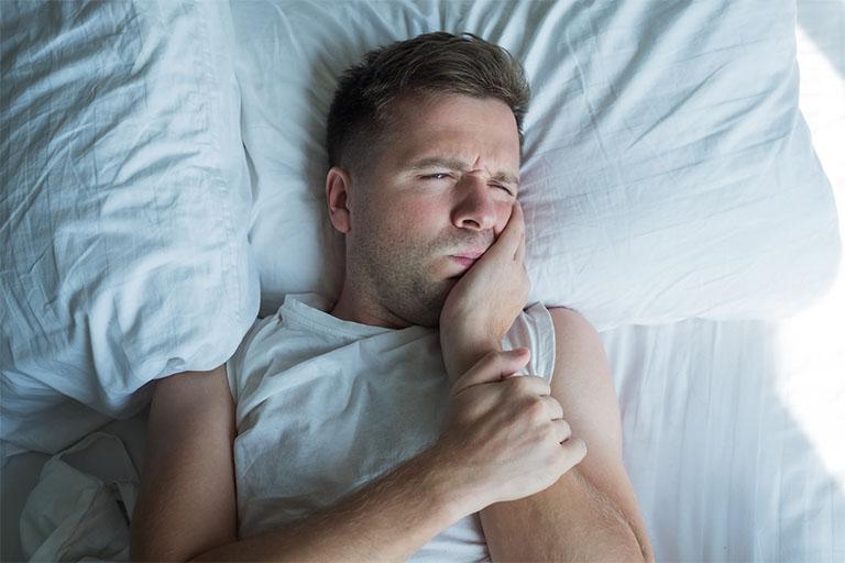 Những cơn đau nhức ê buốt dữ dội sẽ khiến cho bạn không thể ngủ ngon giấc. Điều này đặc biệt có thể nhận thấy rõ nhất ở những người có thói quen nghiến răng. Và nếu để càng lâu thì cơ thể sẽ nhanh bị suy nhược. Đồng thời có cả sự thay đổi về tính cách như cáu gắt, bứt rứt, khó chịu…