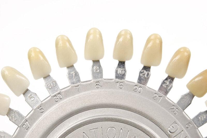 Bạn có để ý rằng người nổi tiếng lúc nào cũng có nụ cười thật đẹp nhờ hàm răng trắng sáng và đều tăm tắp? Và bạn không thể tự tin như thế vì răng của bạn ngả vàng hay xỉn màu? Vậy thì hãy đọc ngay bài viết này để biết tình trạng màu răng của mình có thể cải thiện không và có những cách làm trắng răng tại nhà nào?
