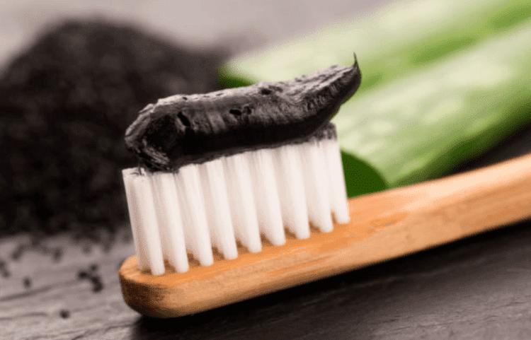 Dùng khoảng 1-2 viên mỗi lần để lấy được lượng bột than hoạt tính khoảng 1,2 muỗng cà phê. Sau đó bạn cho vào bát sạch và thêm một chút nước. Rồi khuấy đều đến khi có được hỗn hợp bột sền sệt. Sau đó bạn dùng hỗn hợp này bôi trực tiếp lên bề mặt răng. Lưu ý chỉ nên bôi lớp dày hỗn hợp than hoạt tính lên răng chứ ko chà xát răng. Chờ khoảng 3 phút rồi súc miệng nhiều lần với nước sạch để lấy đi hết than hoạt tính trong miệng. Nếu vẫn chưa sạch, bạn có thể sử dụng kem đánh răng.