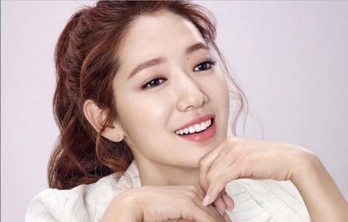 Tăng Thanh Hà, Kim Tae Hee, Hiền Thục đều là những cái tên nổi tiếng trong nước và ngoài nước. Họ chính là những nữ diễn viên xinh đẹp với nụ cười rạng rỡ. Tuy nhiên, ít ai nhận ra rằng họ lại sở hữu một hàm răng hô. Vậy họ có bí mật nào đằng sau những nụ cười đó không? Chúng ta sẽ cùng tìm hiểu răng hô cười sao cho đẹp nhé!
