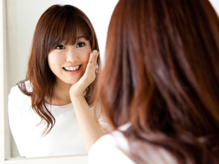 Để có nụ cười mỉm trông được đẹp hơn, bạn cần tự luyện cười mỗi ngày. Hằng ngày, bạn hãy đứng trước gương, miệng ngậm cây bút hoặc chiếc đũa và tập cười. Luyện như thế mỗi ngày sẽ giúp cơ mặt của bạn thoải mái hơn. Dần dần nụ cười của bạn cũng sẽ trông tự nhiên hơn.